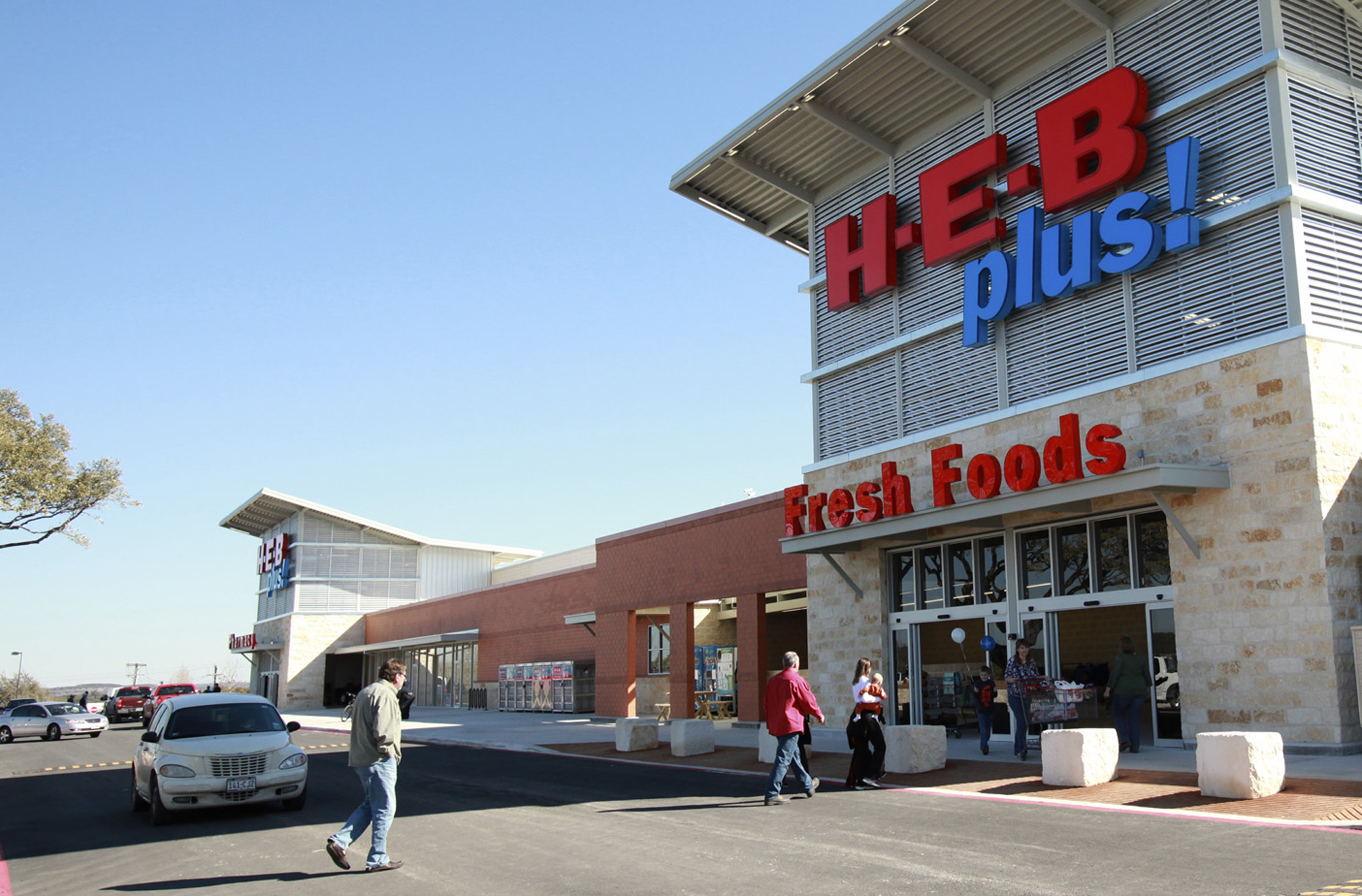 METRO New H.E.B. Plus opens in Bulverde on February 11, 2011. Tom Reel/Staff